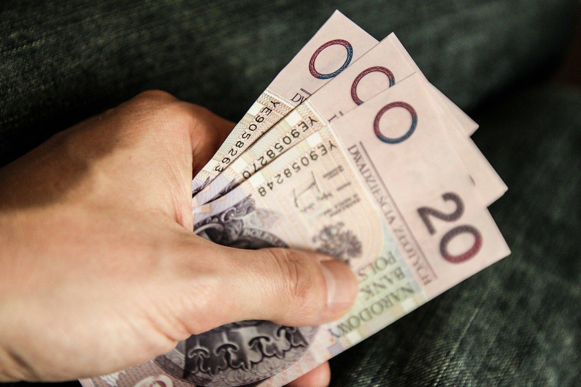 banknoty-w-dloni