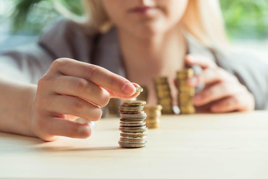 kobieta odkładająca pieniądze