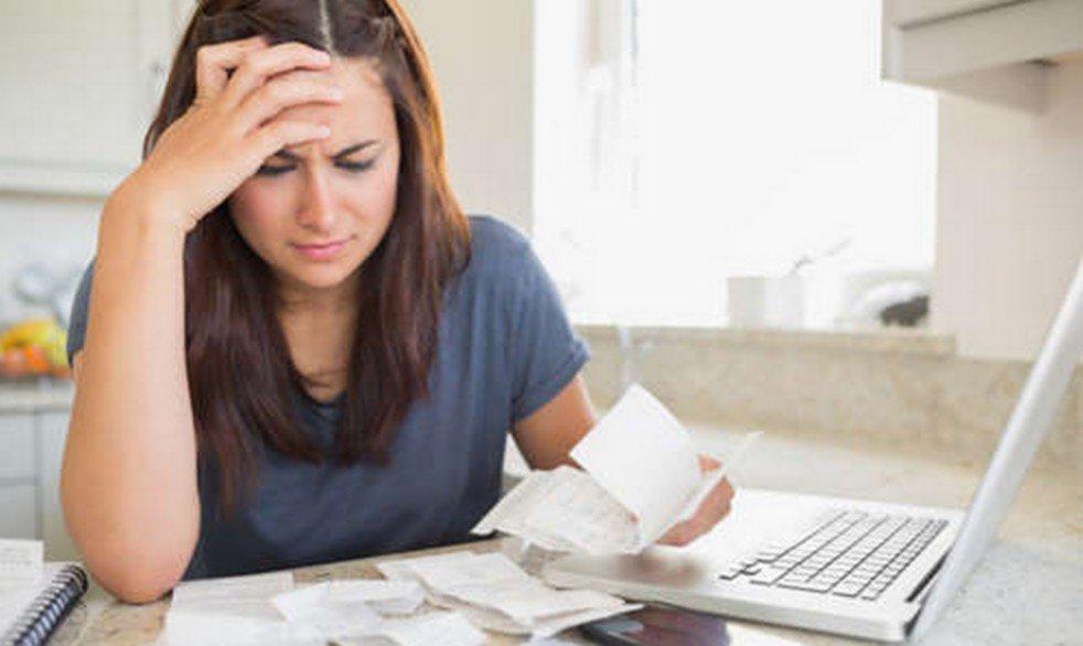 kobieta z problemami finansowymi