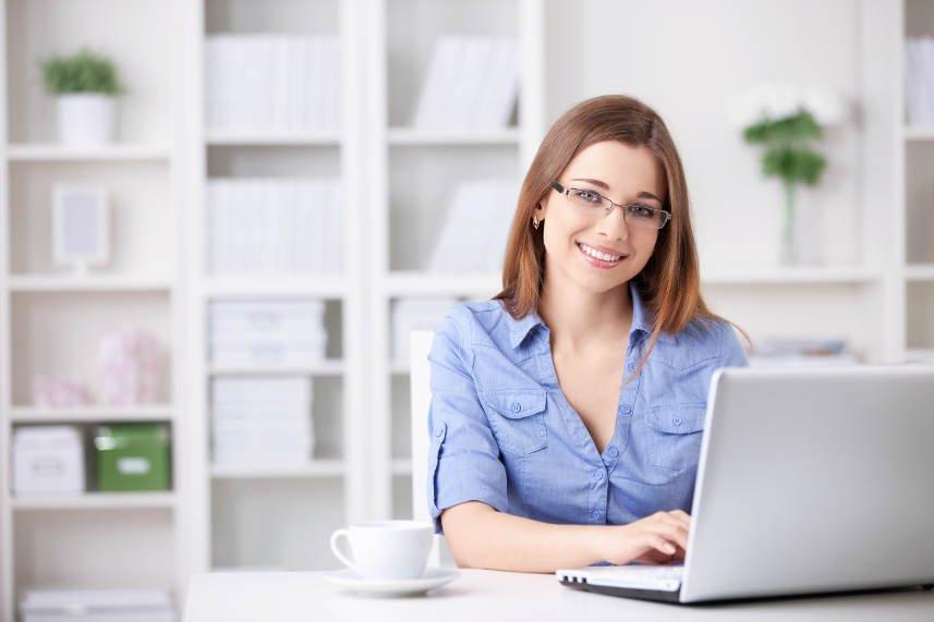 młoda kobieta przy komputerze