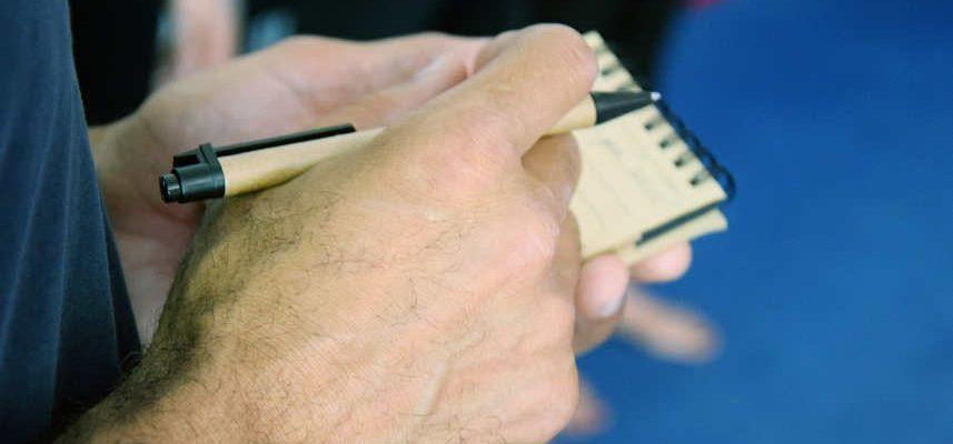 mężczyzna z notatnikiem