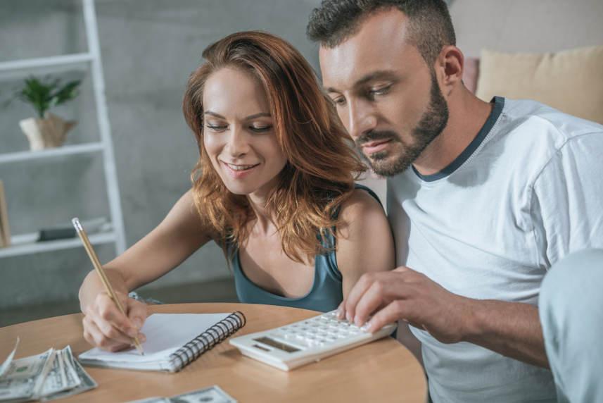 mężczyzna i kobieta obliczający koszty pożyczki