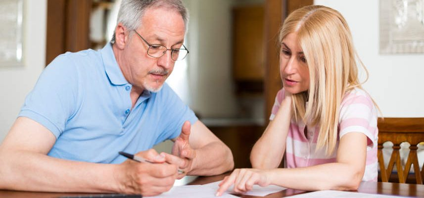 kobieta i mężczyzna szukający pożyczki pod zastaw nieruchomości bez BIK