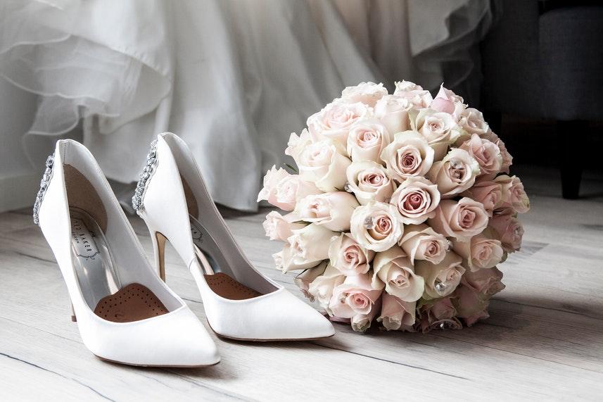 buty i bukiet ślubny