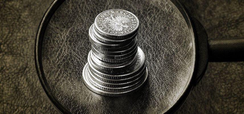 stos monet pod lupą