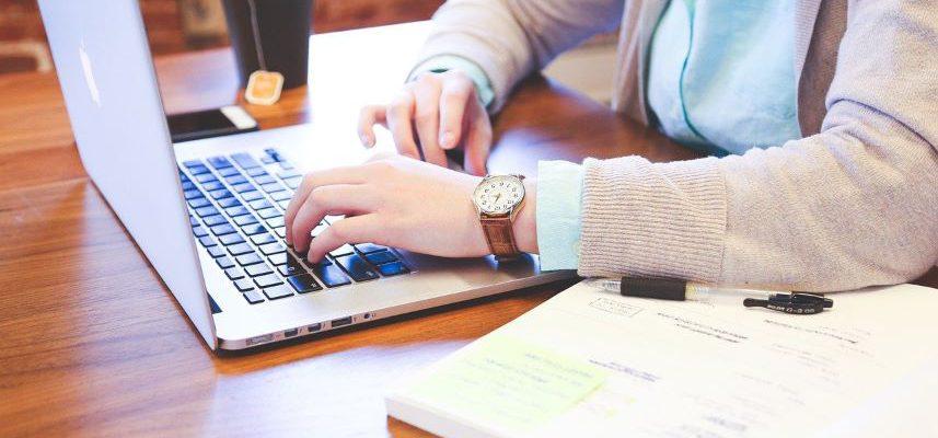 mężczyzna który pisze coś na laptopie